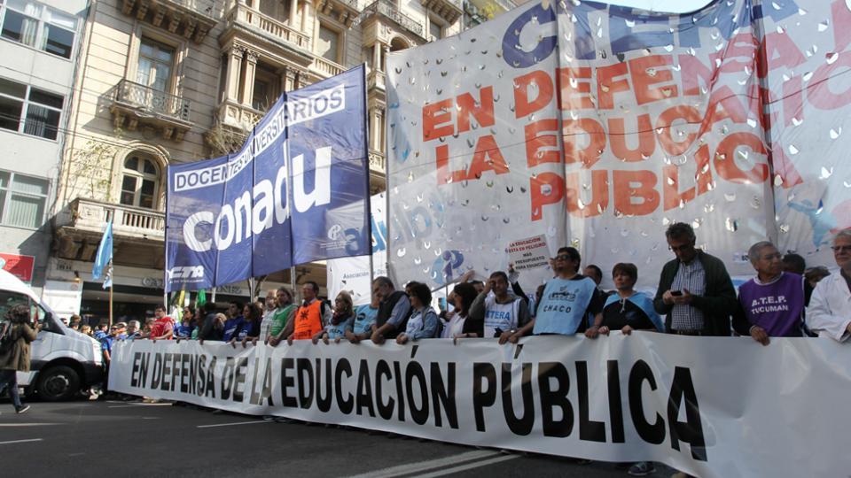 Repudio a violencia contra Corina De Bonis, las mujeres y el cuerpo docente en Argentina